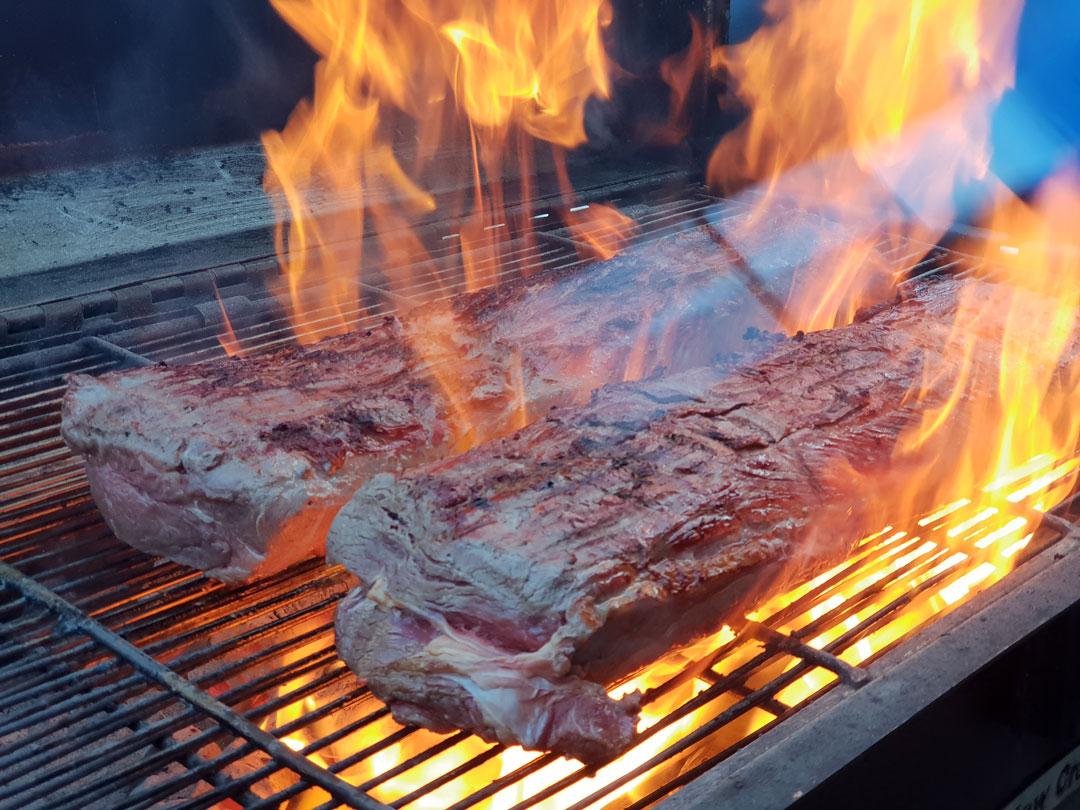 Fleisch auf dem Smoker - Feuer